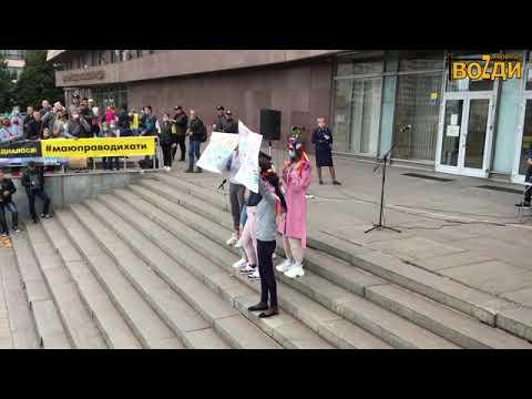 Девушки показывают грудь за Азовское море