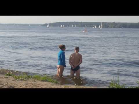 Голая грудь. Девочка переодевается на пляже. Скрытая камера. Фиаско. Жестокий живой пакет! Прикол.