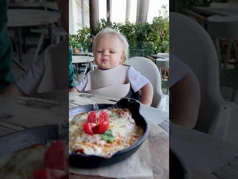 Наоми просит добавки в ресторане! Короткое смешное видео!