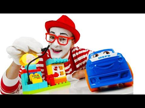 Смешное видео для детей про конструктор. Клоун Гоша кормит машинки и строит Заправочную Станцию!