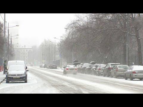 Настоящая зимняя непогода накрыла сразу несколько российских регионов.